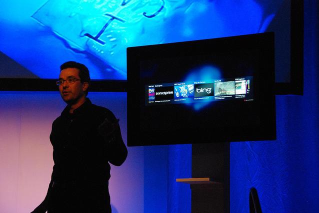 Microsoft показала второе поколение сенсорного стола Surface