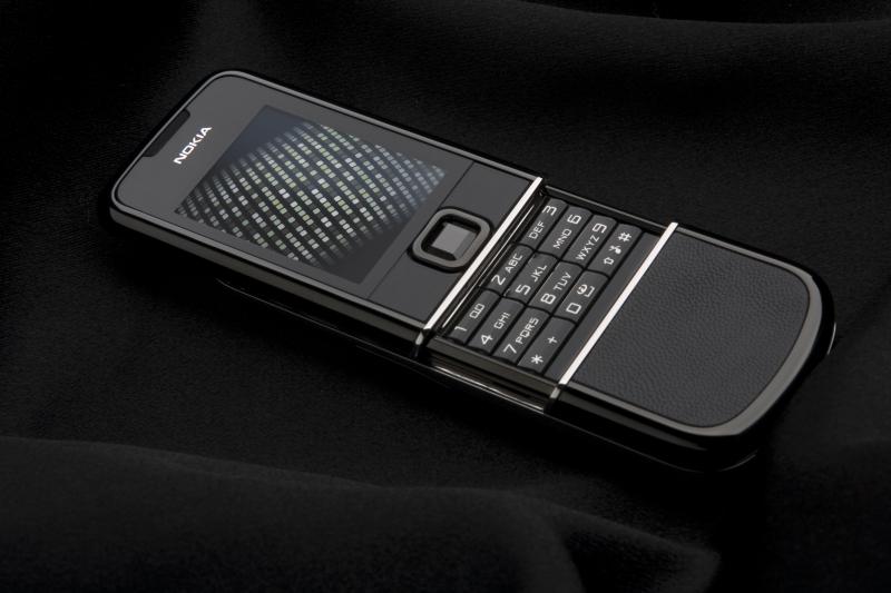 Черный корпус, вставки из черной кожи высшего качества и сапфир насыщенного темного оттенка придают устройству...